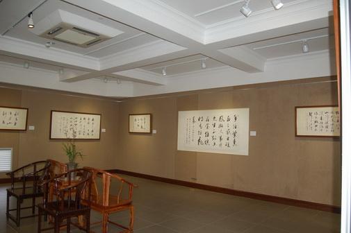 民间传说故事的主人公为素材,以这一审美意念为导向,汲取中国民间艺术